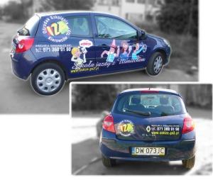 Reklama na samochodach Ośrodka Szkolenia Kierowców IZA