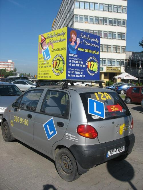 Reklama na dachu samochodu
